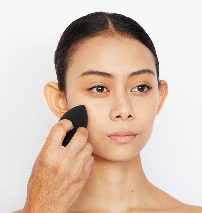 顔の中心から少しずつ外側に広げていく。目元、生え際、口周りはあまったファンデーションを伸ばす感じで。仕上げは水をしぼったスポンジで軽くなじませていく。