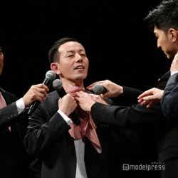 """全員ピンクや赤を取り入れた衣装ということでマイクを包んでいた浜崎慎治監督のハンカチを""""よだれかけ""""にする松田翔太、リリー・フランキーら (C)モデルプレス"""