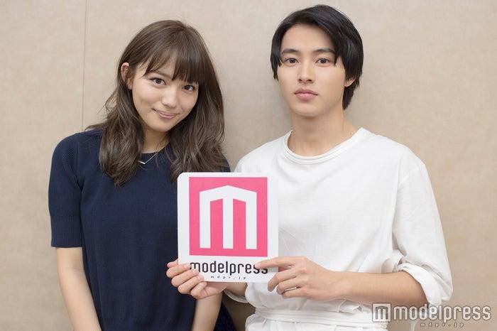 (左から)川口春奈、山崎賢人(C)モデルプレス