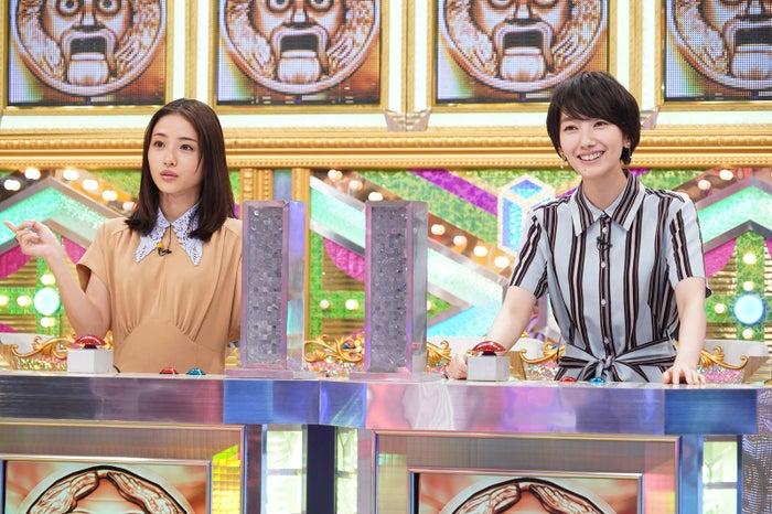 (左から)石原さとみ、波瑠(C)日本テレビ