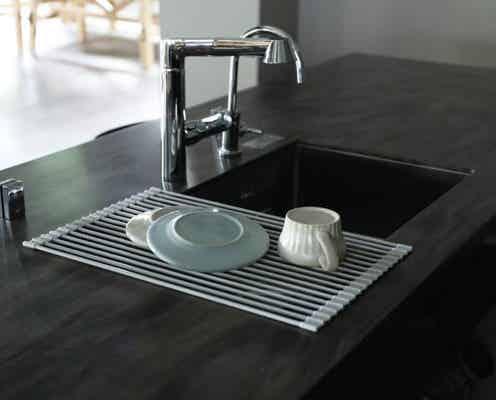 """狭いシンクを広々使える!丸めて収納できる""""シリコン水切り""""なら、使わないときはサッとしまえて衛生的"""