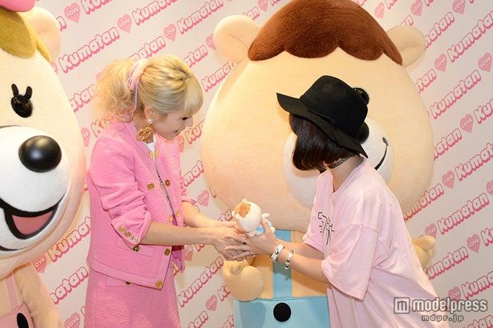 ファンと握手をする若槻千夏(左)