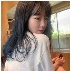 モデルプレス - AKB48峯岸みなみ、透明感溢れるネイビーヘアに再びイメチェン「似合ってる」「女神」と反響