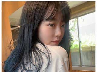 AKB48峯岸みなみ、透明感溢れるネイビーヘアに再びイメチェン「似合ってる」「女神」と反響