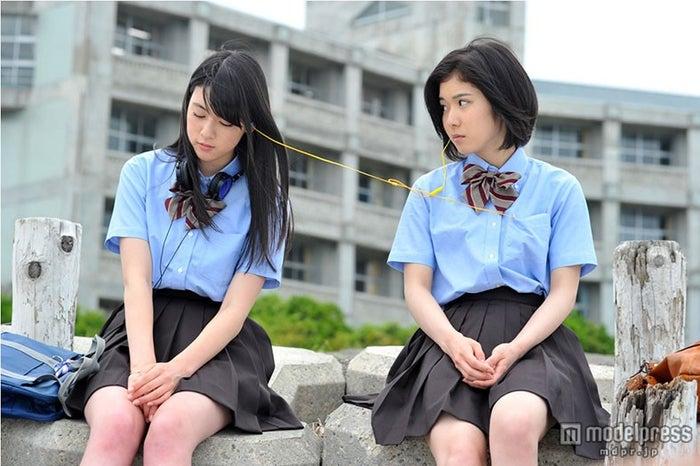めいり役の三吉彩花(左)とあゆな役の松岡茉優(右)(画像提供:関西テレビ)