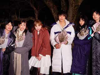 飯豊まりえが涙 「3月9日」カバー話題のMACO「僕だけが17歳の世界で」撮影現場にサプライズ訪問