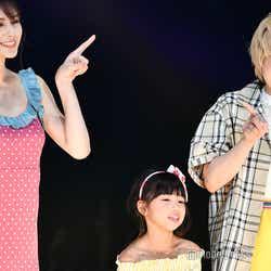 アンジェラ芽衣、岡田花菜(キッズモデル)、ガンバレルーヤまひる (C)モデルプレス