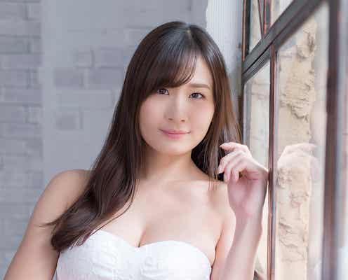 清瀬汐希、グラマラスボディ際立つ白水着で魅了 「GIRLS graph.002」誌面カット解禁