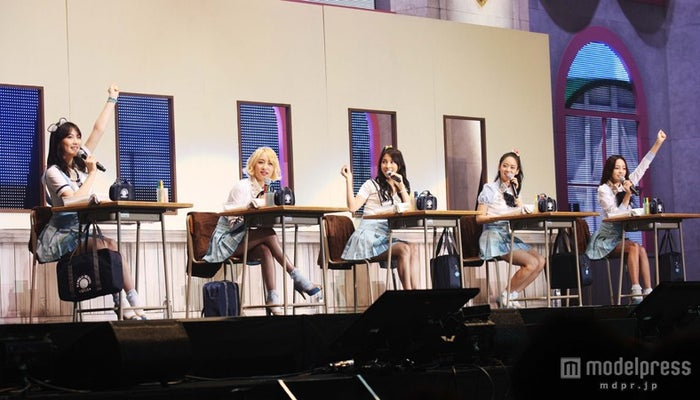 横浜アリーナにてファンミーティング・イベントを開催したKARA(左より:ジヨン・ニコル・ギュリ・スンヨン・ハラ)