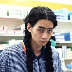 モデルプレス - 柳俊太郎、三つ編みロン毛の強烈ビジュアル<勝手にふるえてろ>