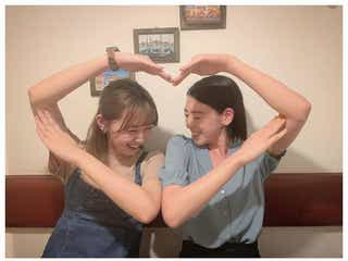 """三吉彩花&江野沢愛美、久々""""みよまなポーズ""""披露 仲睦まじいやり取りにファン歓喜"""