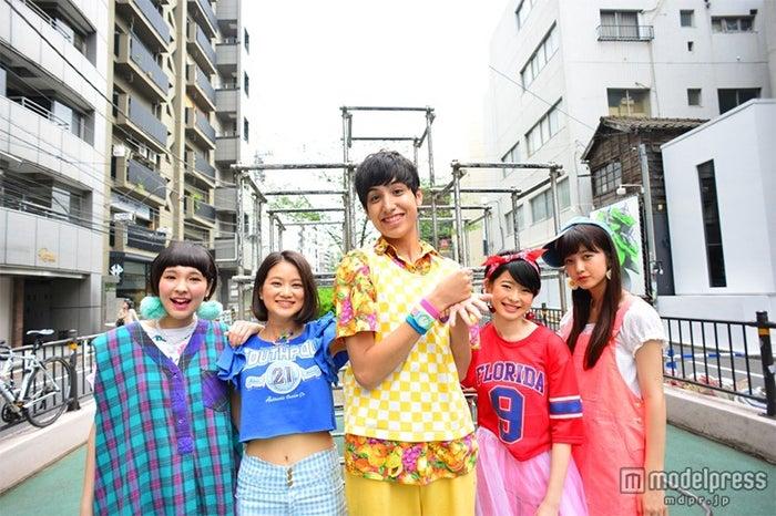 けみお&アミーガチュ(左から)清水せれな、永井美夕、けみお、寺門いずみ、佐藤優津季