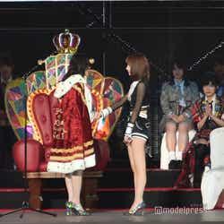 松井珠理奈、宮脇咲良と握手(C)モデルプレス