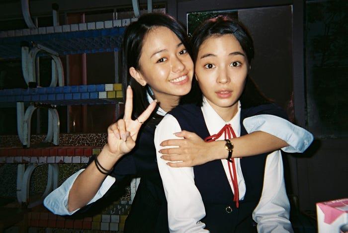 (左から)山本舞香、広瀬すず(C)2018「SUNNY」製作委員会