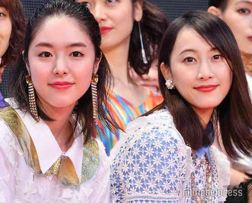 松井玲奈&唐田えりか、個性派ドレス披露 歓声に笑顔<第31回東京国際映画祭>