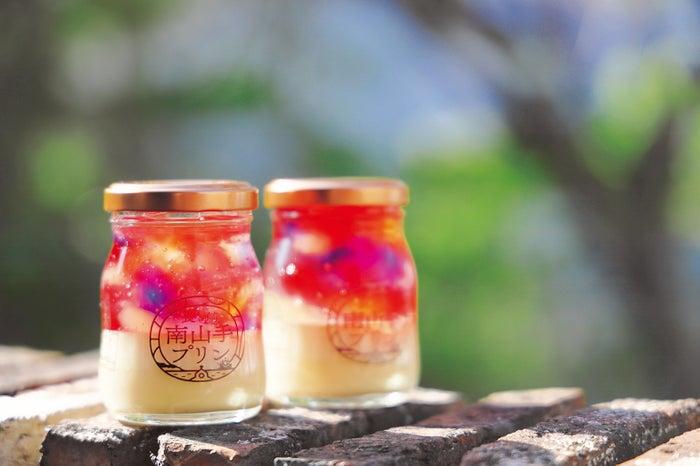 大浦天主堂のステンドグラスをイメージした「南山手ステンドグラスプリン」。保存料や着色料は使用せず、選び抜かれた天然素材のみでつくられています(提供画像)