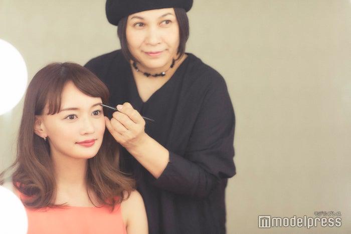 (左から)わたなべ麻衣、千吉良恵子(C)モデルプレス