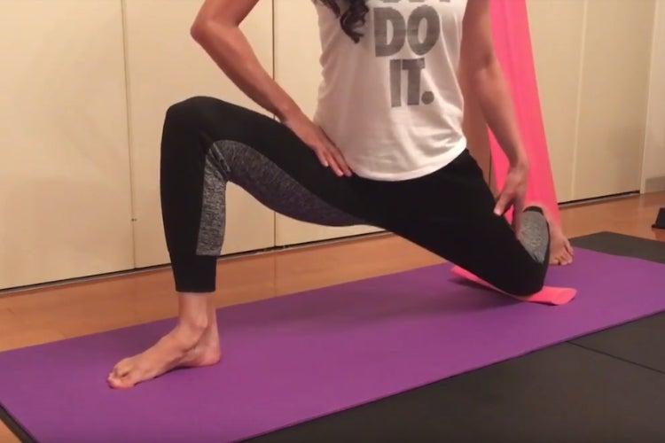 股関節を更に深く曲げる