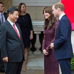 英キャサリン妃、セクシー秋色ドレスで公務