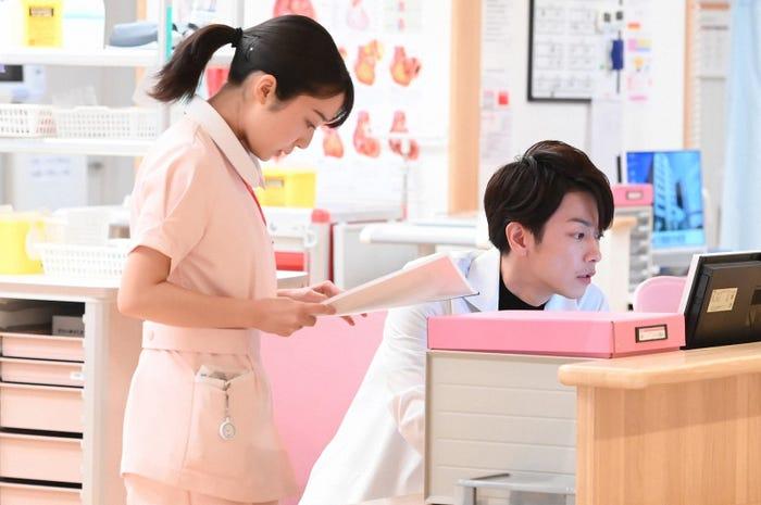 上白石萌音、佐藤健/「恋はつづくよどこまでも」第7話より(C)TBS