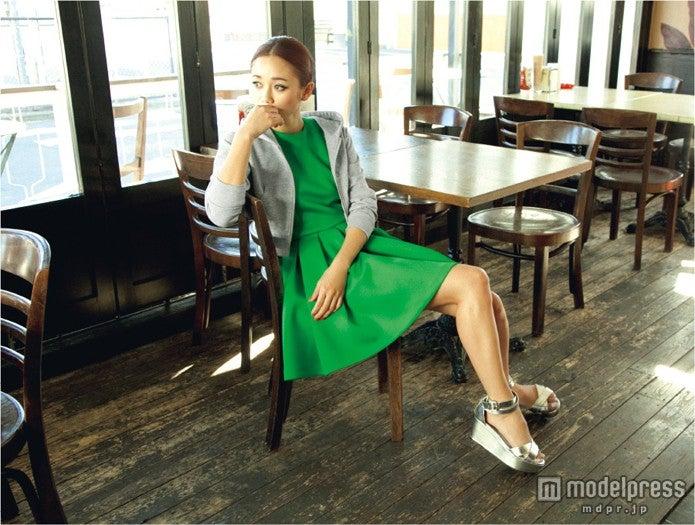 鮮やかなグリーンのワンピースで爽やかデートスタイル/モデル:宮城舞