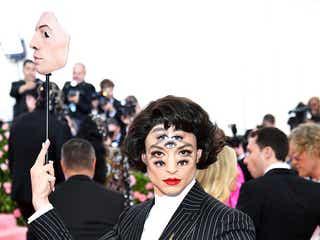 """セクシャリティカミングアウトで注目のエズラ・ミラー、""""7つの目""""衝撃姿で登場<MET GALA2019>"""