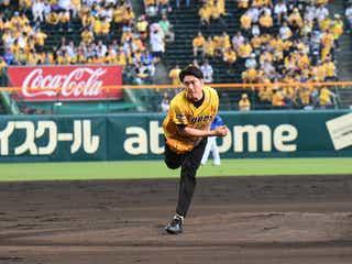 間宮祥太朗、憧れの甲子園で始球式 剛速球に会場どよめき