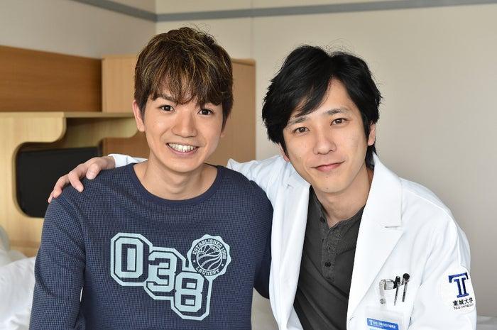 (左から)高地優吾、二宮和也(C)TBS