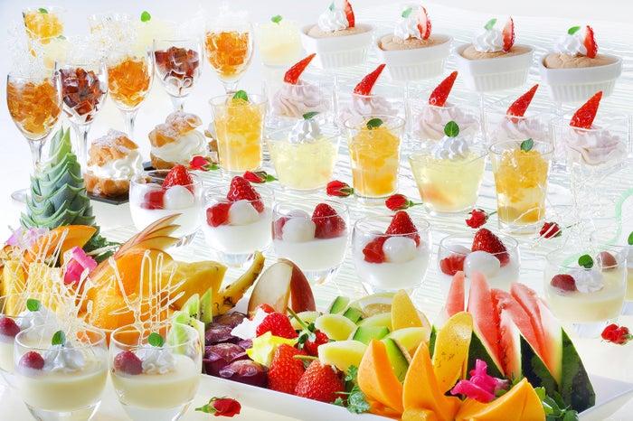 色とりどりのゼリーやケーキが並ぶ人気のデザートコーナー/画像提供:あさやホテル