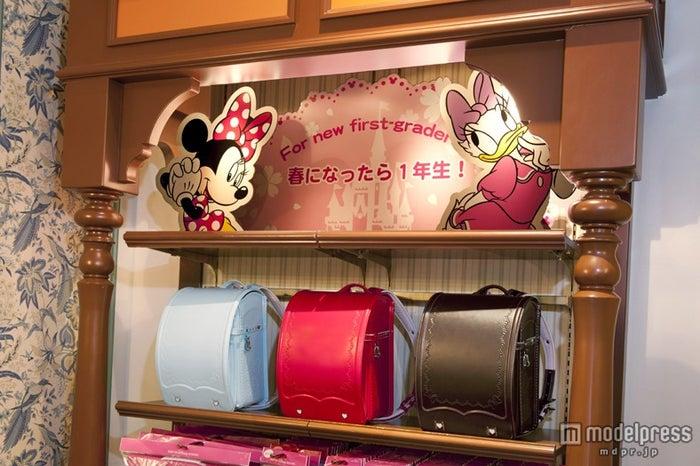 色はブラウン、サックス、ピンクの3色展開(C)Disney