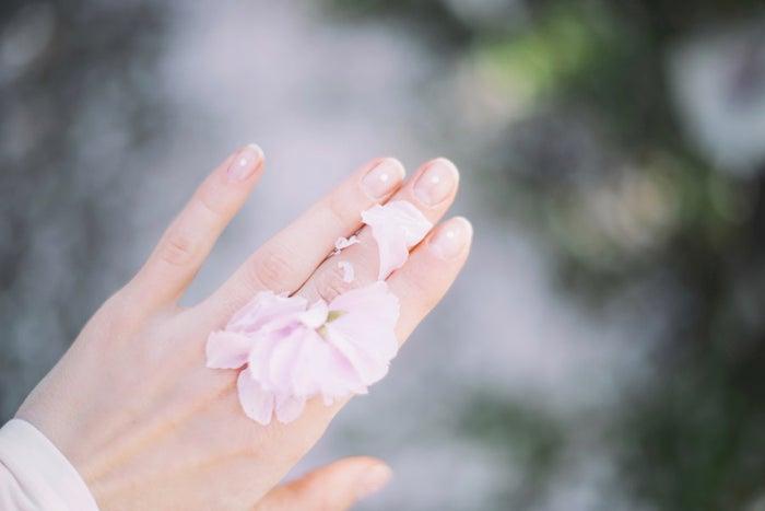 男性は女性らしい柔らかい手にグッとくる/photo by GAHAG