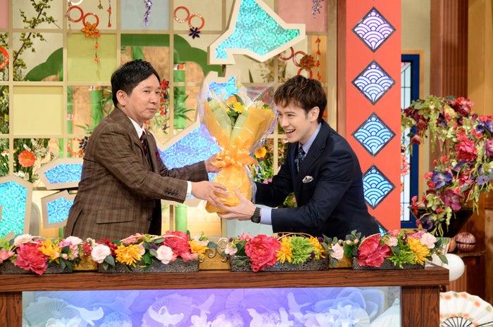 爆笑問題・田中裕二から花束を受け取るウエンツ瑛士(C)テレビ朝日