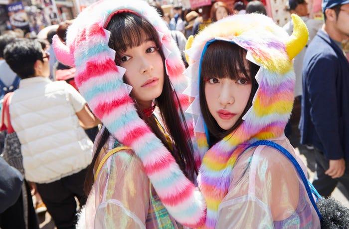 (左から)久間田琳加、吉田凜音(C)2018 SAIGATE Inc.