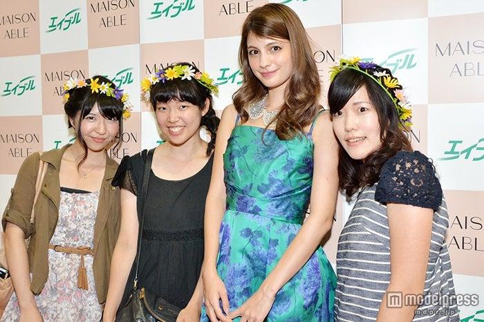 マギー(左から3番目)がファンと記念撮影/「MAISON ABLE」ブース