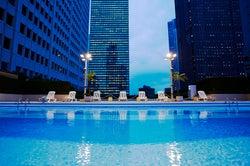 京王プラザホテル「スカイプール」がプール開き ドラマチックな景色を望む都会のオアシス