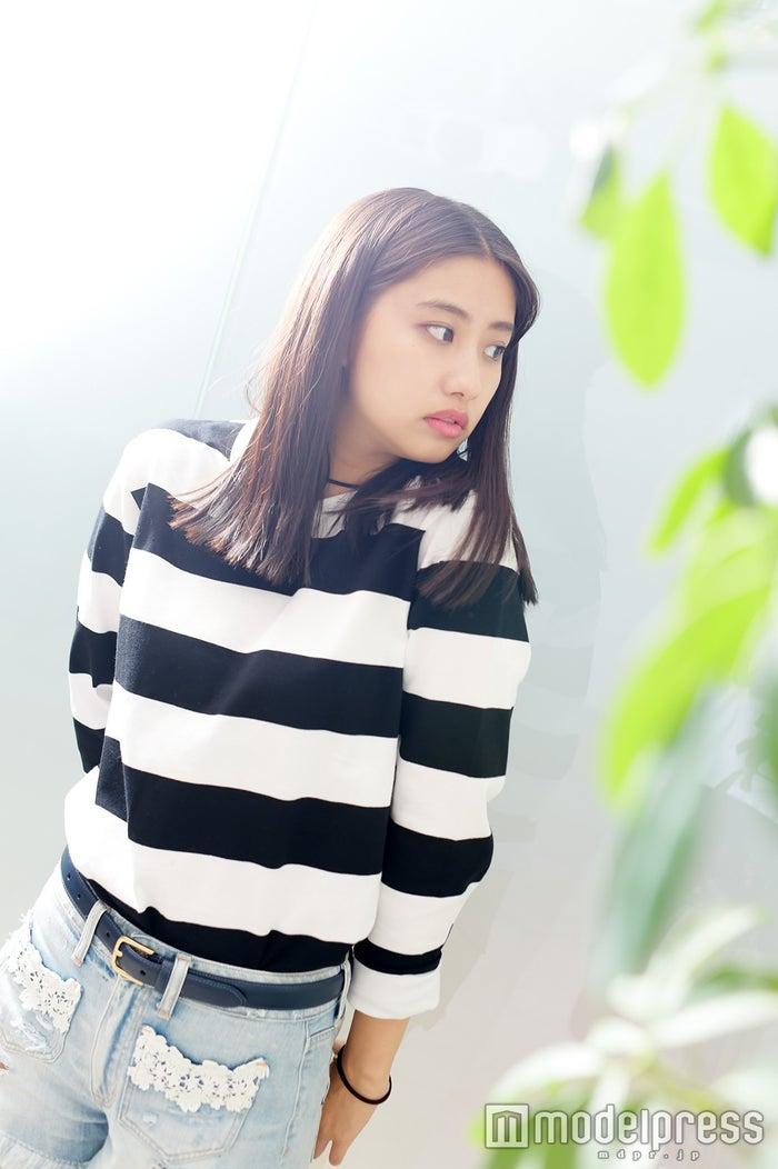 オシャレと評判の私服でインタビューに応じた中田みのり(C)モデルプレス