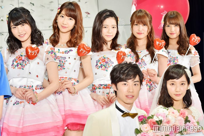 AKB48(左から:横山由依、柏木由紀、島崎遥香、入山杏奈、加藤玲奈)、戸塚純貴、吉岡里帆(C)モデルプレス