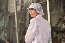 工場勤め/新垣結衣(C)2017『ミックス。』製作委員会