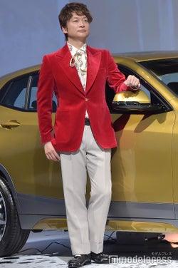 赤のベルベットジャケットにリボンタイブラウスを合わせてフォーマルな装い /香取慎吾(C)モデルプレス