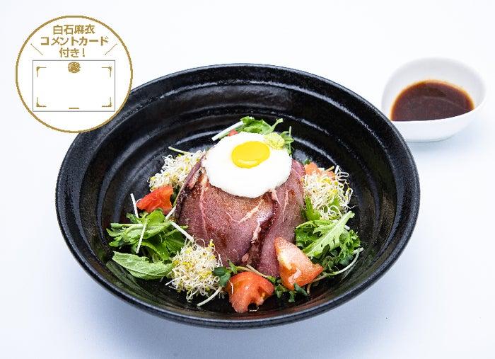 ローストビーフ丼と3種のデリセット 1,899円(C)乃木坂46LLC