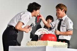 佐久本宝(右)、山田裕貴(左)にケーキをあーん(C)モデルプレス