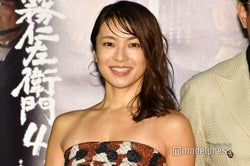 内山理名、吉田栄作との交際質問飛ぶ 胸元ザックリSEXYドレスで登場