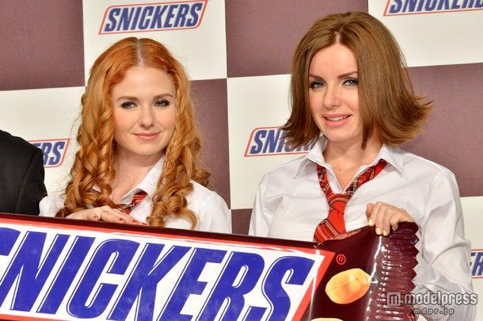 「スニッカーズ新CM発表会」に登場したt.A.T.u.(左から)リェーナ・カーチナ、ユーリャ・ヴォルコア