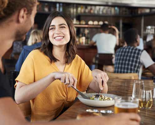 男の本音を公開!食事中に男性が「か、かわいい♡」と思う女性の行動3つ