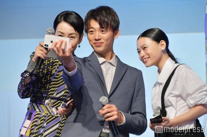 新たな家族を記念して自撮り(左から)樋口可南子、竹内涼真、杉咲花 (C)モデルプレス