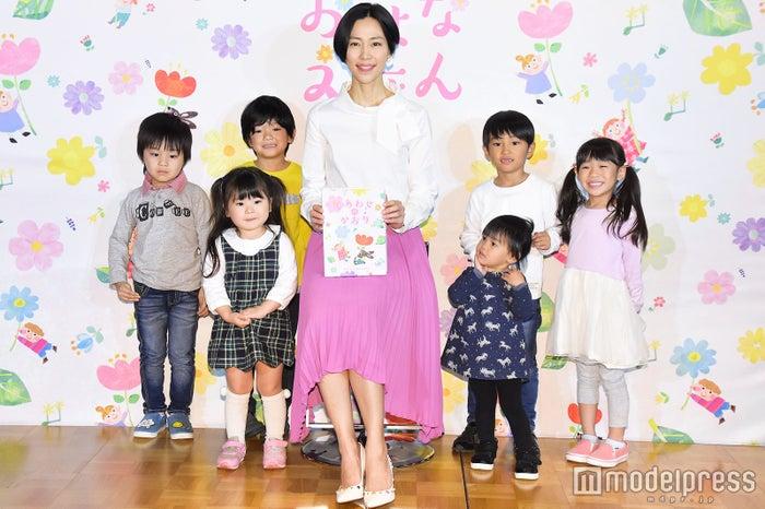 子どもたちと読み聞かせを行った木村佳乃 (C)モデルプレス