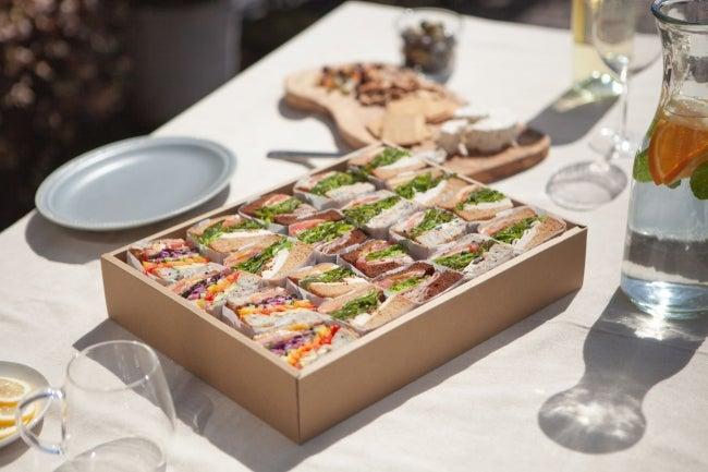 ヘルシー&ボリュームたっぷりのサンドイッチ※写真はパーティーボックス/画像提供:KITCHEN& COMPANY LTD.