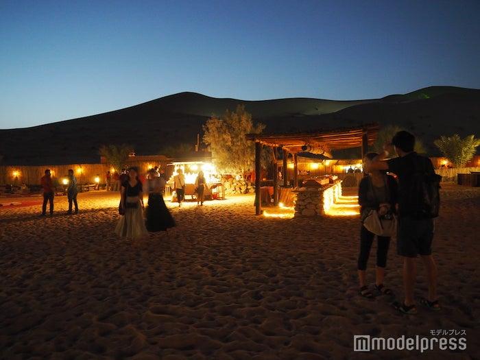 砂漠の真ん中に作られたキャンプサイト(C)モデルプレス
