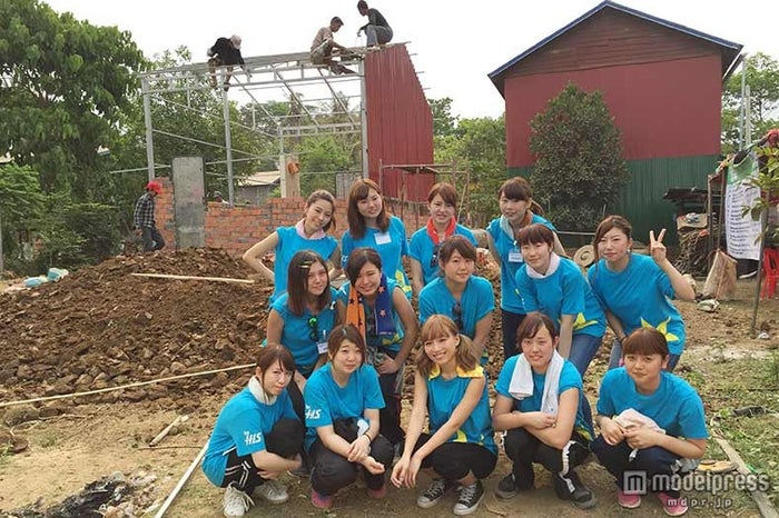カンボジアでファンとともに建設活動/画像提供:ハビタット・フォー・ヒューマニティ・ジャパン