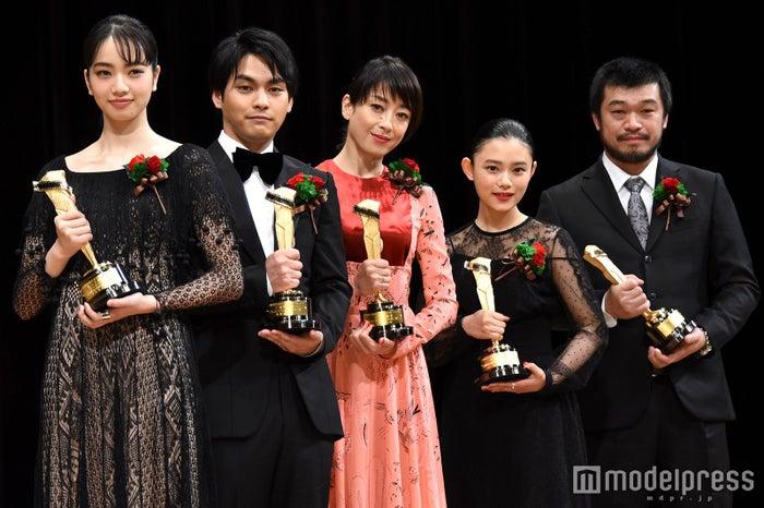 (左から)小松菜奈、柳楽優弥、宮沢りえ、杉咲花、竹原ピストル(C)モデルプレス